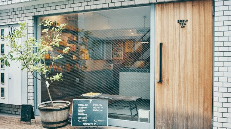 ウッド調のシンプルなドアが印象的な店構え。大きなガラス窓から覗くカラフルなパッケージにわくわくする