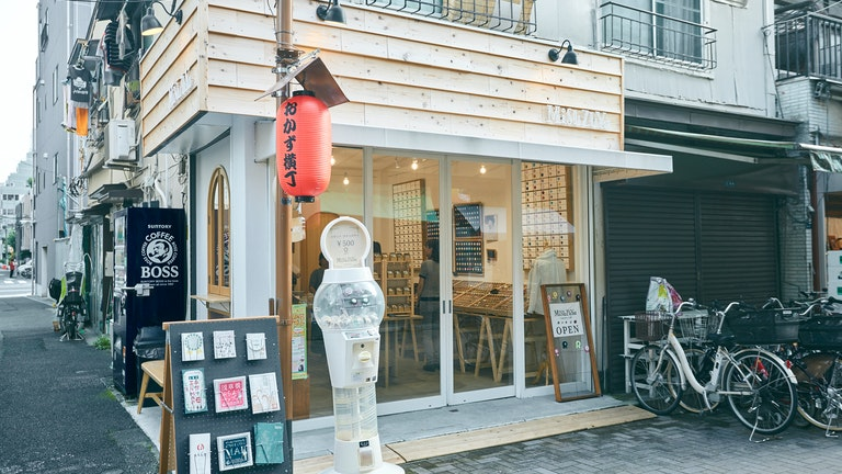 ふんわりとやわらかい印象の店構え。くるみボタンロゼットのガチャガチャ(¥500)も