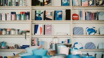 壁一面にならぶパピエ ティグルの文具&雑貨たち。これだけのアイテムが揃うのはさすが直営店