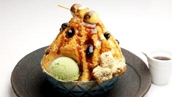 みたらし団子を大胆にトッピングした「炙りみたらし黒豆と天然水のカキ氷(¥980/税抜)」はインパクト大!
