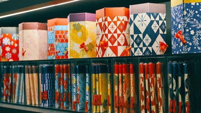 オリジナル絵柄の和紙を使用した小物入れ。コンパクトに折りたためるので、お土産としても人気
