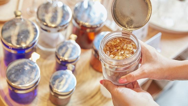 蓋付きの万能ツボは、お砂糖などの調味料を入れたりちょっとしたお菓子を入れたりとマルチに使える