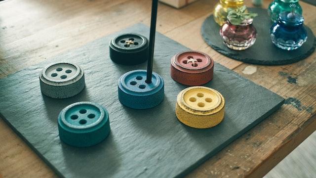 ペン立てとしても使用できる、キュートなボタンモチーフの「南部鉄器の文ちん(¥2,300/税込)」