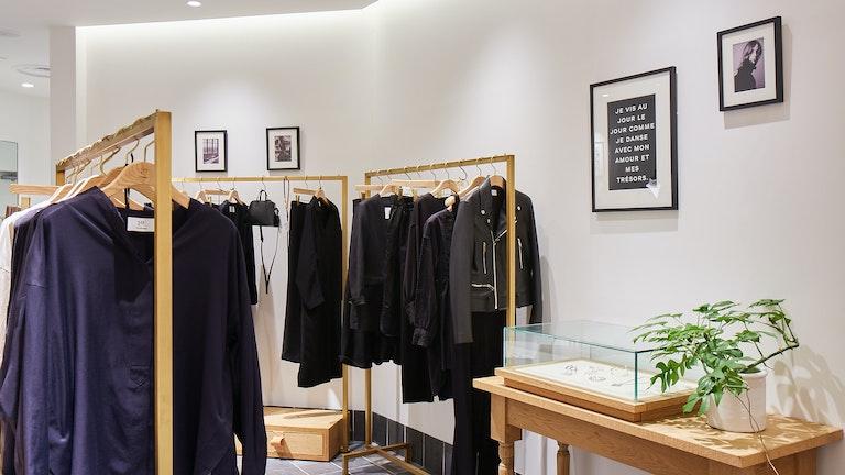 店内には海外ファション雑誌などで活躍したPeter Lindbergh氏の写真が数多く飾られている