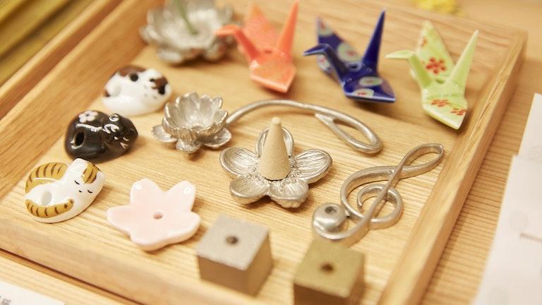 お香を立てるための香立も充実。折り鶴や猫などをモチーフにした遊び心が効いたものも