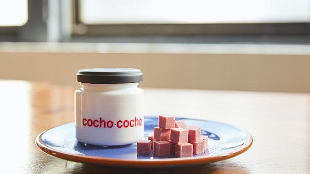 ルビーチョコレートに胡椒を練り込んだ〔cocho cocho〕。甘さと刺激が絶妙にマッチ