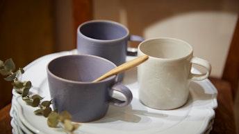 ティータイムが楽しくなる、スモーキーパステルが印象的なカップは直営店限定カラー