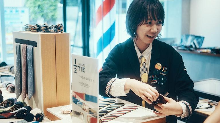 彼の長引くネクタイ選びに付き合ってくれる店長の佐藤さん