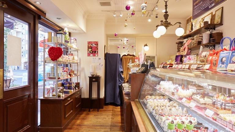 店内には焼き菓子やボンボンショコラ、季節のフルーツをふんだんに使用したケーキがずらり