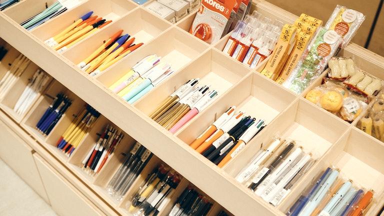 手帳と合わせて選びたいペン類も豊富。お気に入りの一本を探そう