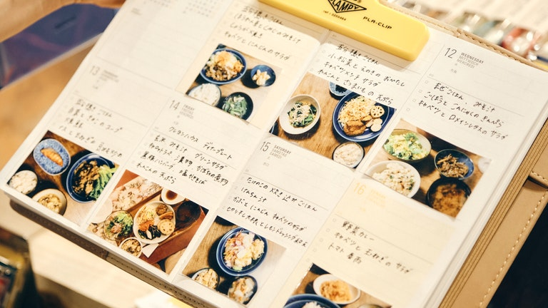 日々の食事を写真付きで記録するアイディアなど、店頭には手帳活用のアイディアがたくさん!