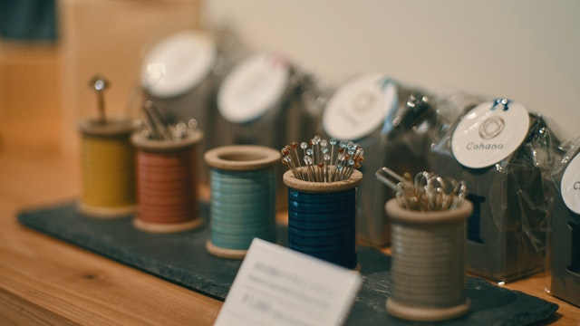 針やクリップをしっかりキャッチ。糸巻きモチーフがかわいい「波佐見焼のマグネットスプール(¥1,800/税込)」