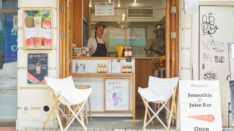 ウッド調のナチュラルで優しい雰囲気の店構え。店頭にはその季節おすすめのジュースが掲げられている