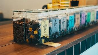 ノーマルティーと季節のスペシャルティーがテイクアウトOK。その場でおいしい紅茶が楽しめます