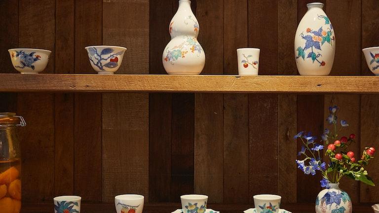 主に佐賀県の有田で買い付けているという茶器たちは、全て木の実や果実の模様
