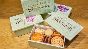 通常のグリーン缶〔ブルターニュ クッキーアソルティ〈缶〉〕には、春の花々を思わせる限定のカードが