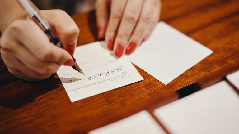 ノートの中の用紙を選ぶ際には、試し書きをしてペンを滑らせた時の質感などを確認できる