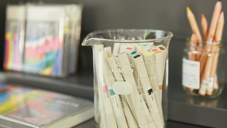 定評のあるコクヨオリジナルのマーカーやペン類も購入できる。ビーカーをペン立てに使うアイディアはさすが!