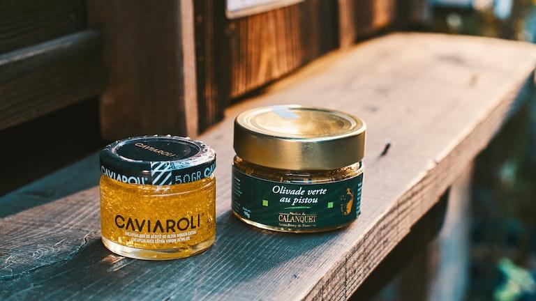 キャビアの様なプチプチ食感の「CAVIAROLI(¥1,980/税抜)」とオリーブペースト(¥935/税抜)