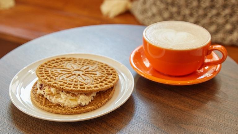 チャルダによく合うイタリアンローストの豆を使用したコーヒーやラテも楽しめる