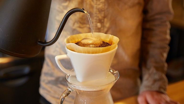 焙煎を待つ間にはハンドドリップのコーヒーをサービス。お湯を注ぐとプクッと膨らむのは、焙煎したてのしるし
