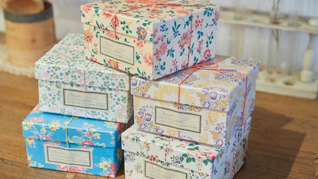 おすすめの茶葉7種がセットに。ボックスの色柄で選ぶのも〔Flowe Box(¥1,500/税込)〕