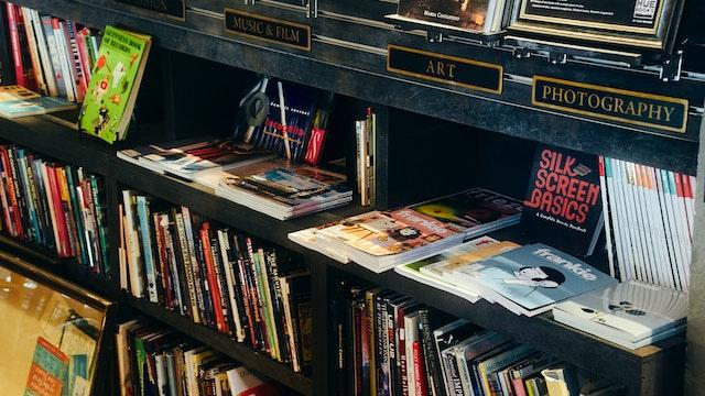 インテリアアイテムとしての古書や、おしゃれな洋書を扱う専門店も併設