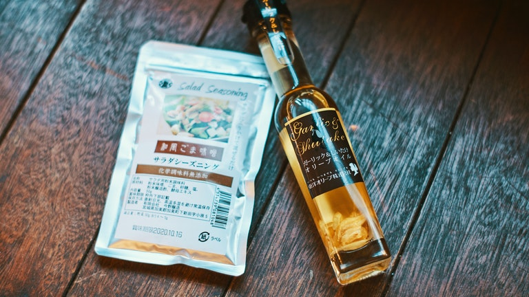 購入したガーリックしいたけオリーブオイルは、ごま味噌シーズニングと合わせると絶品ドレッシングに!