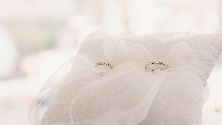 リングピローに乗せられたマリッジリング。シンプルさの中にダイヤモンドの美しさが光る