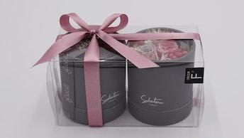 ブランドのシンボルでもある、かわいい筒型BOX。お花が見える透明ケースもかわいい!