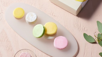 ふわりと軽い食感の彩ふわり(3個入 ¥750、8個入 ¥1,500、12個入 ¥2,376/税抜)