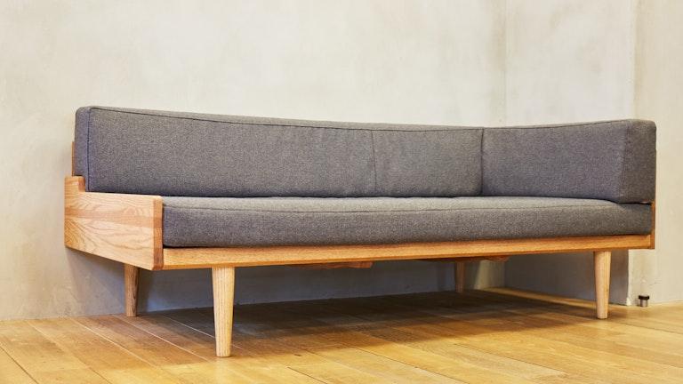 背が低い家具で揃えれば広く見えるというわけではない。脚にスッキリ見せる秘密が