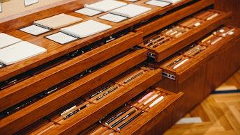 ノートやペンなど、書くことを楽しむ様々な文具が揃う