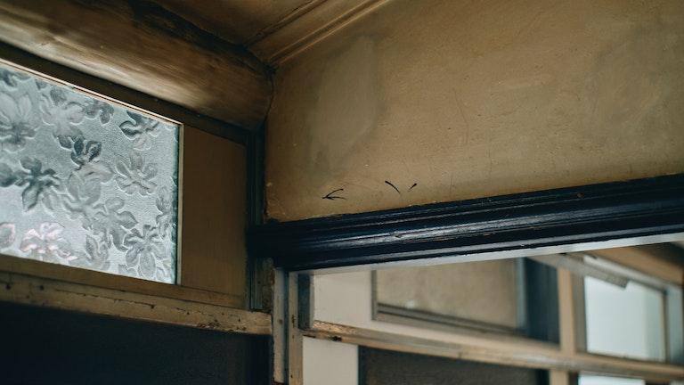 当時のままの空気感を受け継ぐため、壁の質感や柱など古いものをあえて残してあるのだという