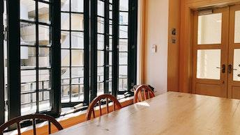 窓から暖かい日差しが差し込む開放感のある店内