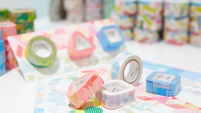台紙と3種類のマスキングテープを自由に選べる〔丸三角四角テープ(¥858/税込)〕も店舗限定のアイテム