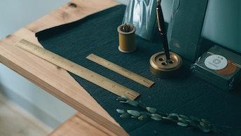 真ちゅう製の文ちん(¥2,800/税抜)と、竹の質感そっくりな真ちゅう製の竹尺(¥3,300税抜)