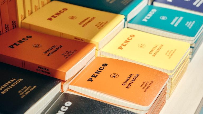 輸入文具のようなポップな色合いが楽しい〔penco ソフトPPノート A7(¥352/税込)〕