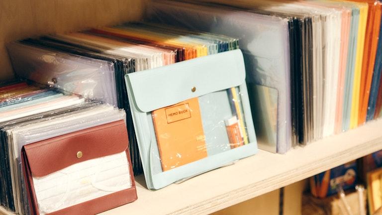 〔ネーエ ジェネラルパーパスケース〕は、小物類をまとめるバッグインバッグとしても大活躍