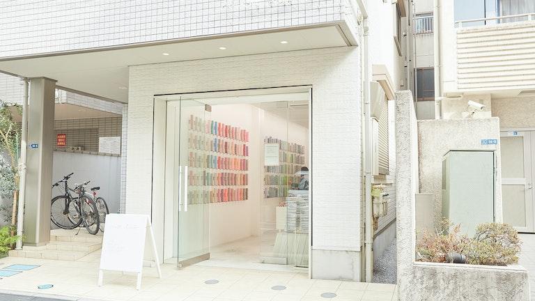 mt初の路面店となる蔵前店。シンプルで落ちついた店内でゆっくりマスキングテープを吟味できる
