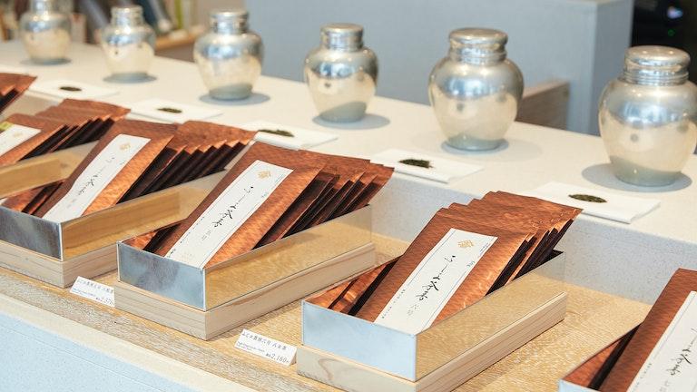 ふじヱ茶房でしか買えないオリジナルの茶葉(¥1,296〜/税込)。茶葉のラインナップは7種類