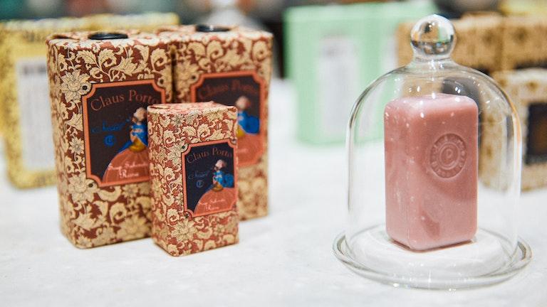 1920年代のアーカイブデザインを使った、ローズの香りの〔SMART-ROSA(150g ¥2,530/税込)〕