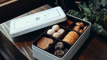 人気のクッキー6種を詰め合わせた〔ボワット ブルー(¥2,500/税抜)〕。ツンとすました猫が可愛い!