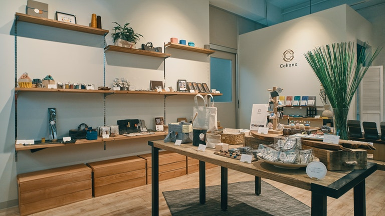 地域産業や工芸にこだわったハンドメイドの道具たちが並ぶ、シンプルですっきりとした店内