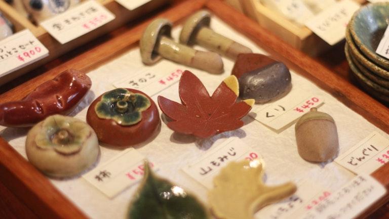 ころんとしていてかわいらしい、日本ならではのモチーフの箸置き。どれも500円前後とお手頃なのも嬉しい。