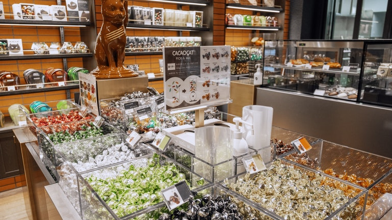 キラキラと輝く看板商品のチョコレートは13種類。限定フレーバーが登場することも!