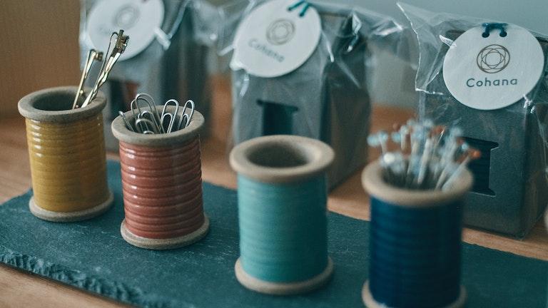 波佐見焼のマグネットスプール(¥1,800/税抜)は、磁力で待針やクリップをキャッチしてくれる