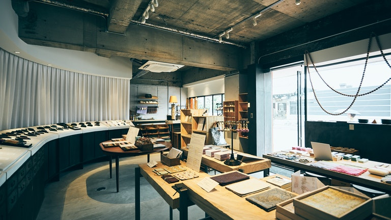 色とりどりの念珠や雑貨が並ぶ、素朴で清らかな雰囲気の店内。心がすーっと落ち着く空間だ