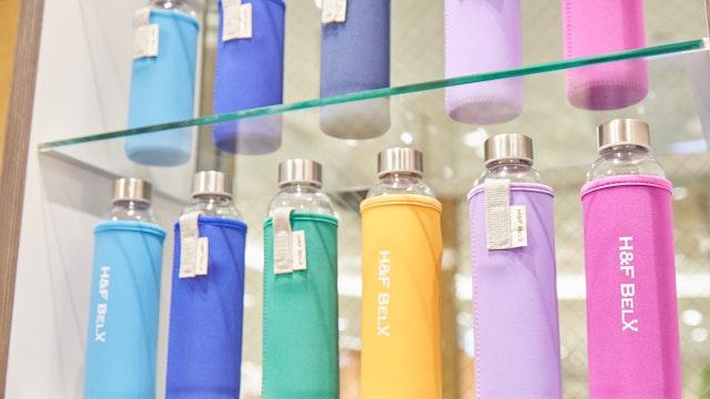 大人気のオリジナルガラスタンブラー。カラフルなカバーは12種類の中から選べる