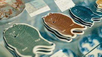 倉敷意匠の中でも人気の絵付け皿。クマ、バイソン、オオカミなど、味のある動物たちがモチーフに